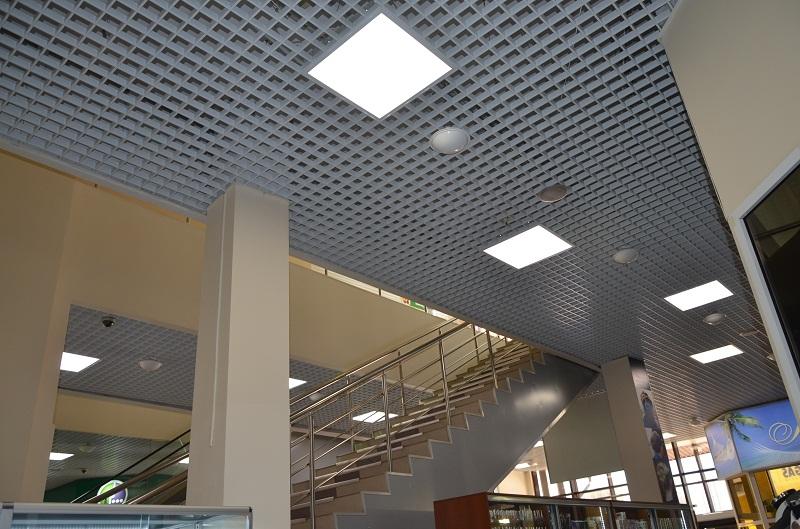 Как правильно выбрать светодиодные светильники для потолка Грильято?